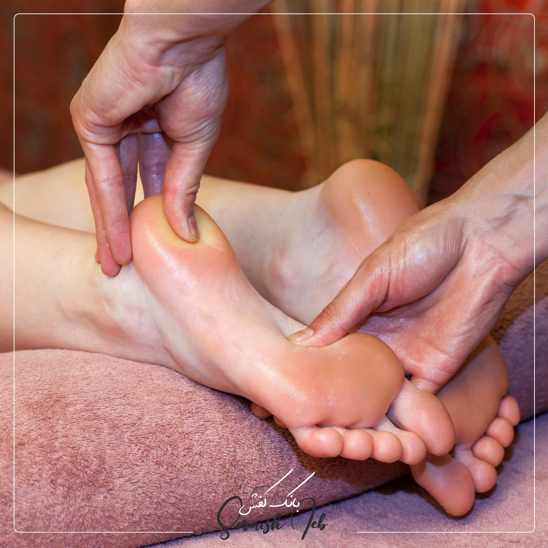 فشاردادن کف پا با انگشت شست